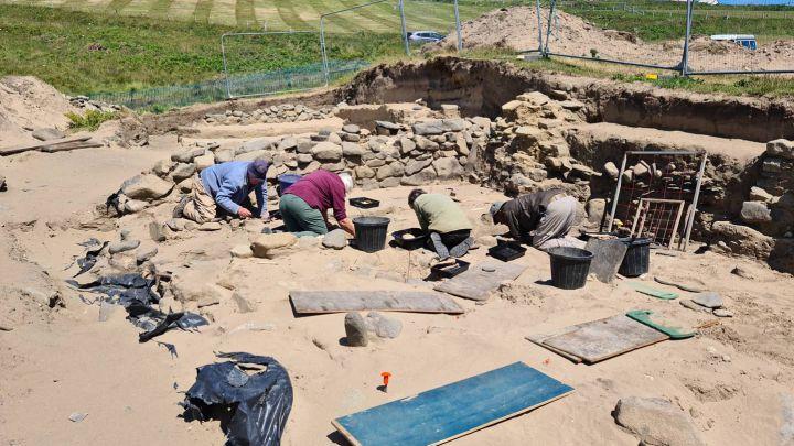 Hallan cientos de esqueletos de la Edad Media en un playa