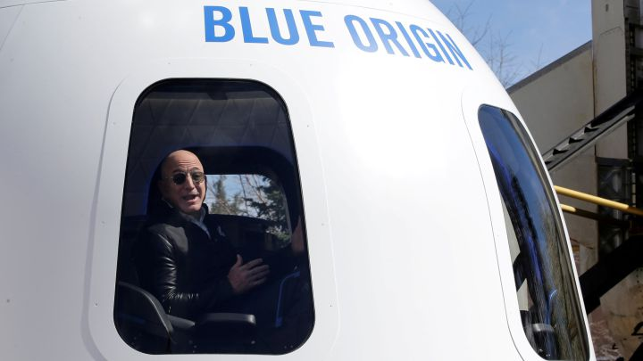 La persona que pagó 23,7M€ por ir al espacio con Jeff Bezos se queda en tierra