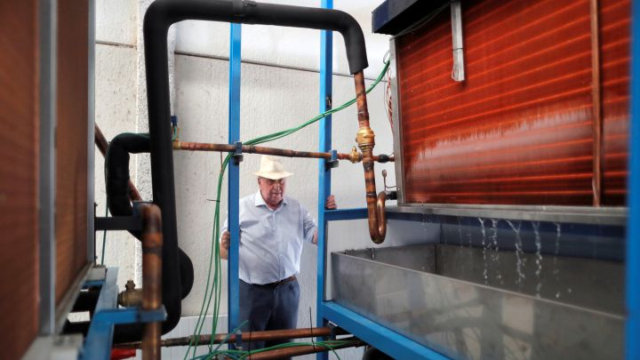 Un español crea una máquina que produce agua 'de la nada'