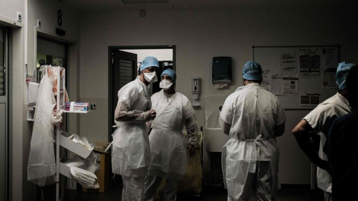 Suspendidos de empleo y sueldo 420 sanitarios en Italia por no vacunarse contra la COVID