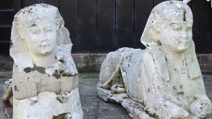 Una familia británica descubre dos estatuas del Antiguo Egipto en su jardín