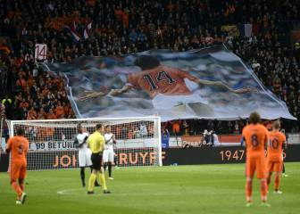 Amsterdam Arena pays tribute to Holland's legendary #14