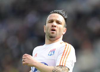 Valbuena gets shirty in airport
