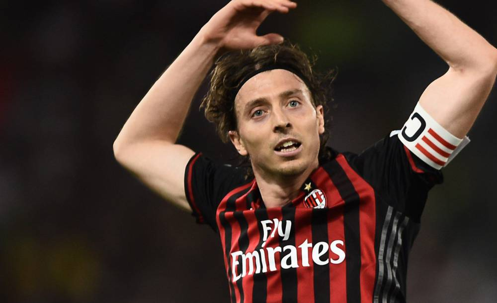 AC Milan captain Montolivo extends contract