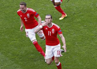 Superb Bale free-kick fires Wales into the lead