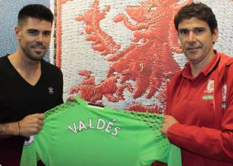 Keeper Víctor Valdés joins Aitor Karanka's Middlesbrough