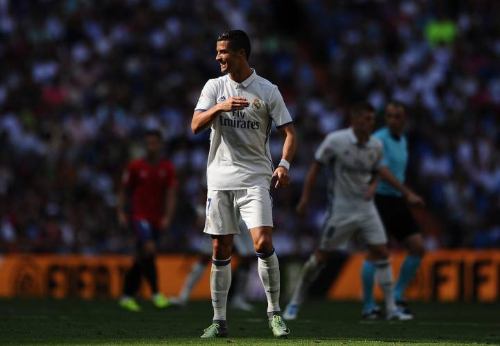 Ronaldo Applies Icepack To Injured Knee On Madrid Bench As Com