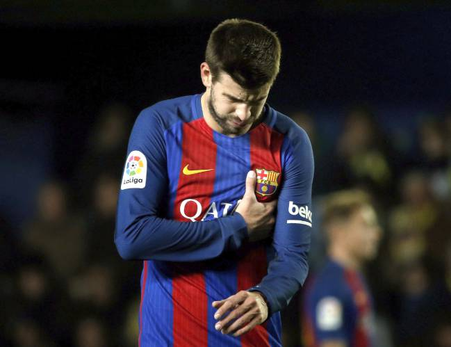 Gerard Piqué cut a frustrated figure against Villarreal in the Estadio de la Cerámica.