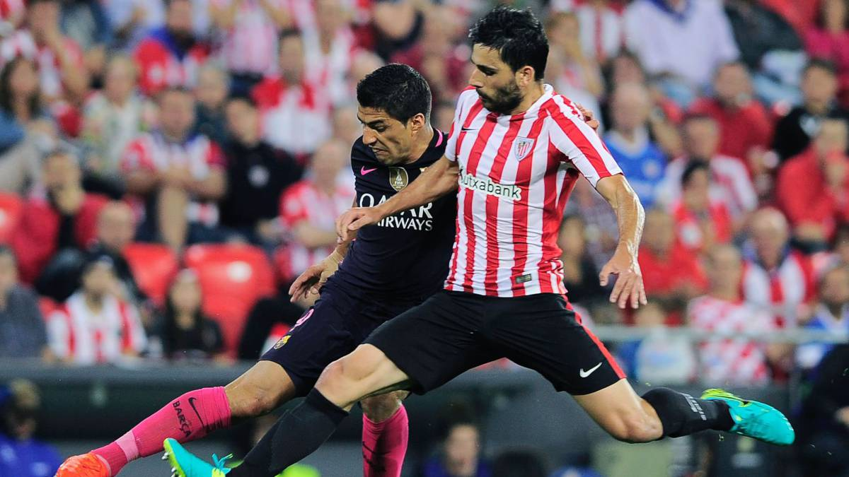 Barcelona's Uruguayan forward Luis Suarez vies with Athletic Bilbao's forward Eneko Boveda