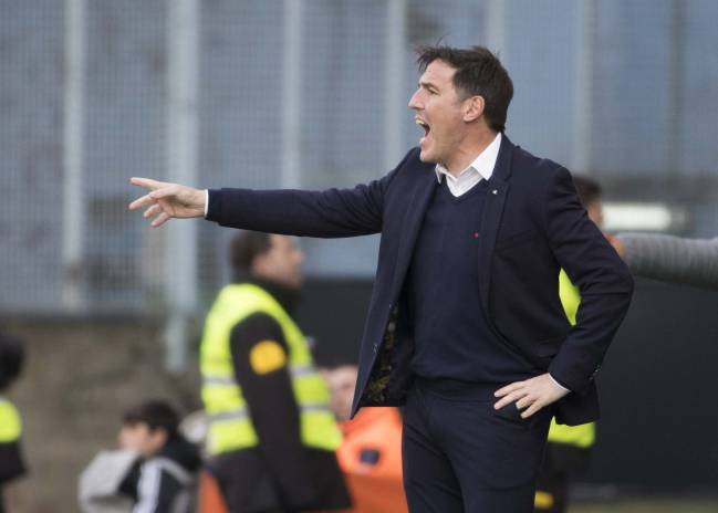 Berizzo issues instructions during a Celta Vigo game