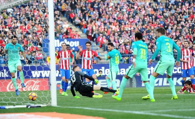 Lionel Messi of scores during the La Liga match between Atletico Madrid and Barcelona at the Vicente Calderon