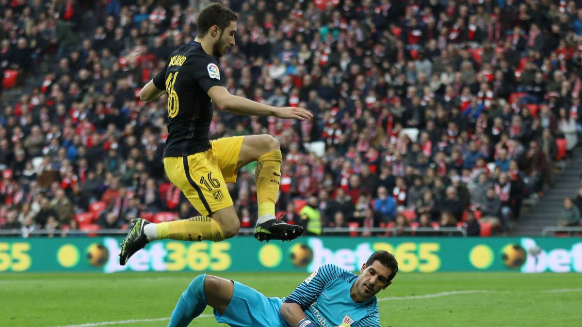 Atletico Madrid's Croatian defender Sime Vrsaljko vies with Athletic Bilbao's goalkeeper Gorka Iraizoz