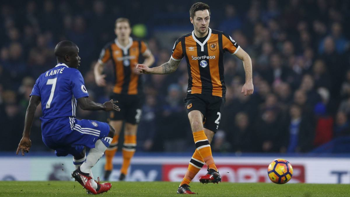Hull City's Ryan Mason in action with Chelsea's N'Golo Kante