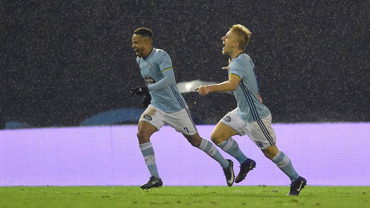 Celta Vigo's Danish midfielder Daniel Wass (R) celebrates after scoring during the Spanish Copa del Rey (King's Cup) quarter final second leg
