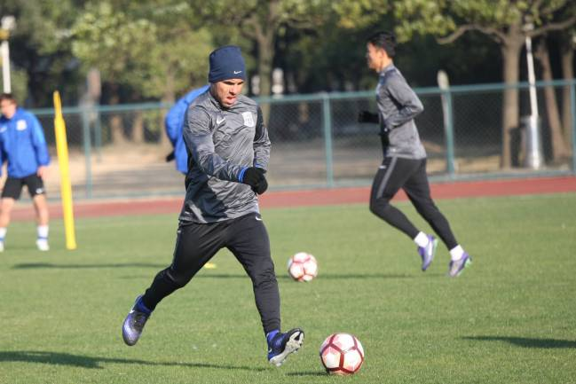 Argentine striker Carlos Tevez (C) exercises in his first training session open to the media after joining the soccer club Shanghai Shenhua
