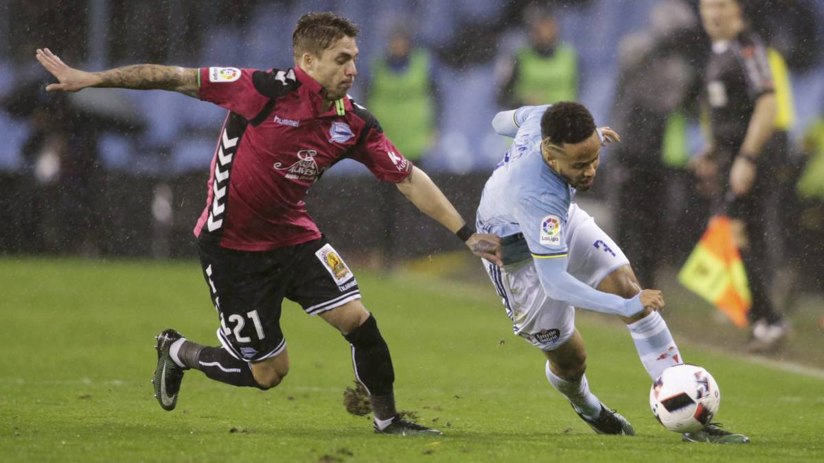 Celta Vigo's Theo Bongonda and Alaves' Kiko Femenia in action.