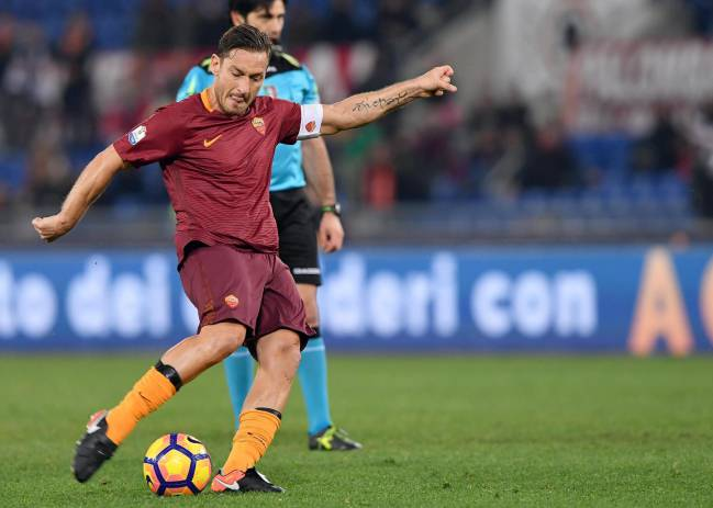 Totti scores the penalty that would givew Roma a very lat 2-1 win.