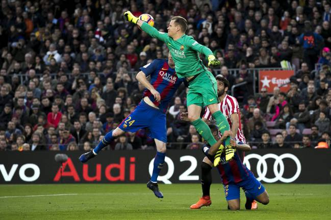 The clash between Rafinha and Ter Stegen.