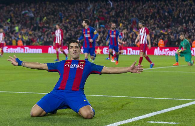 A happier moment for Suárez as he scores against Atlético.