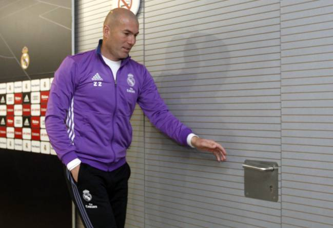 Zidane exiting stage left after his press conference before the Osasuna game.
