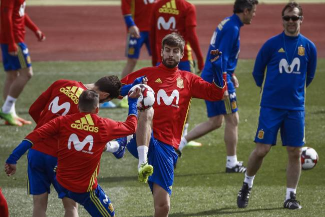 Julen Lopetegui giving confidence to Jordi Alba while on Spain duty.