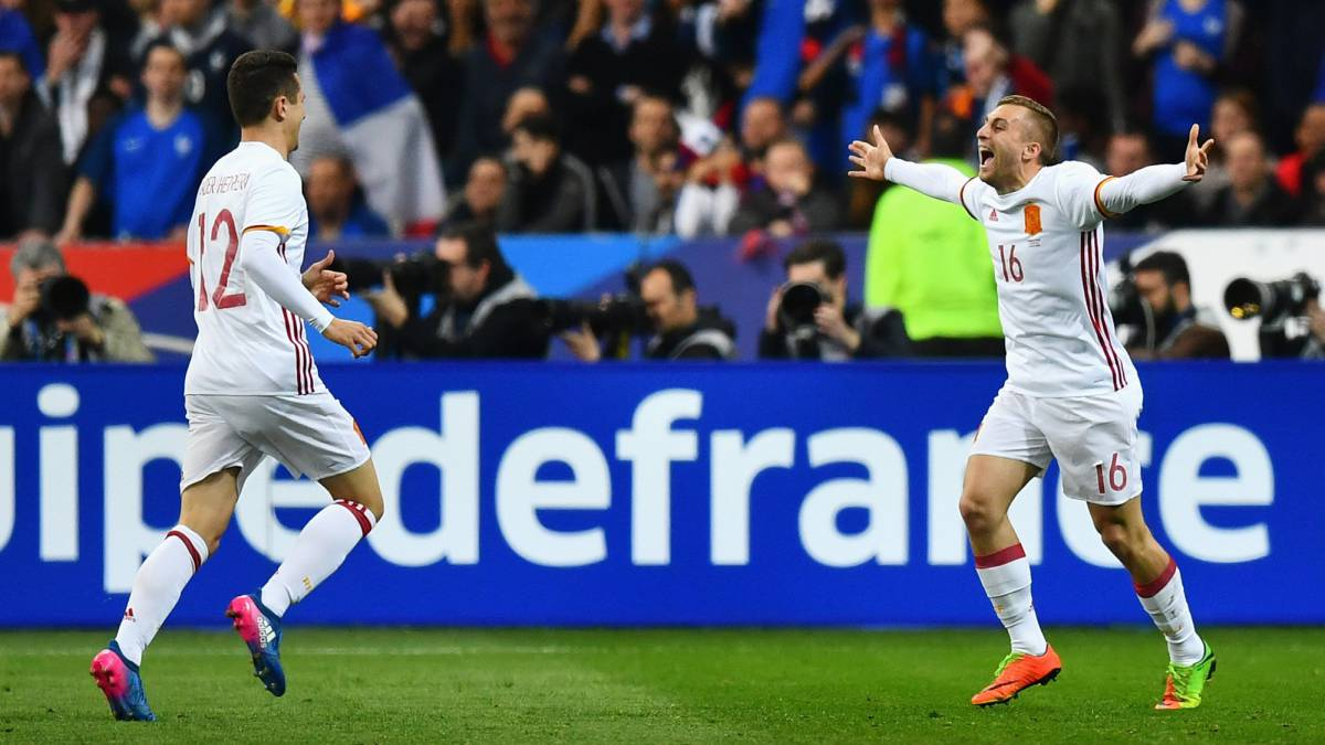 Gerard Deulofeu of Spain celebrates scoring his team's second goal with Ander Herrera during the International Friendly match between France and Spain