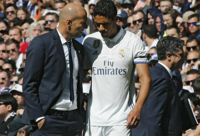 Zidane chats to Varane during the Alavés game.