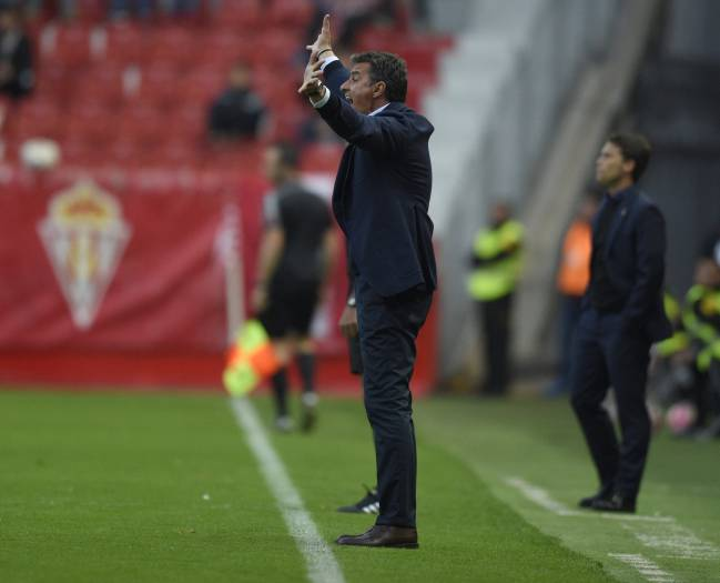 Michel of Málaga issuing instructions on the sideline.