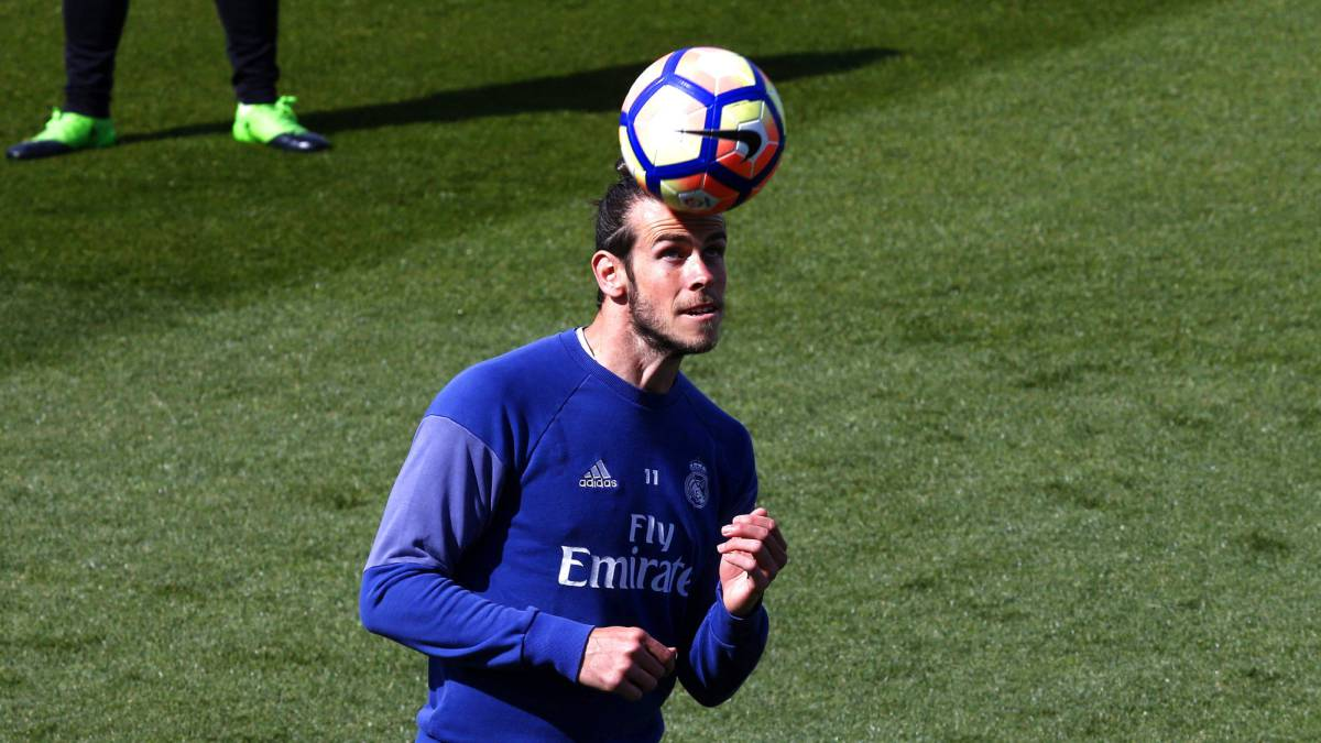 Zidane opts for Bale over Isco for Real Madrid, while Barcelona coach Luis Enrique starts with Paco Alcácer in the absence of Neymar