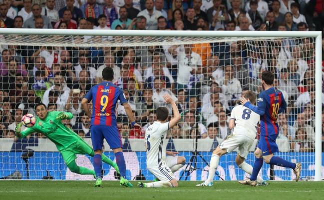 Messi scores the winner, his 500th goal for Barcelona