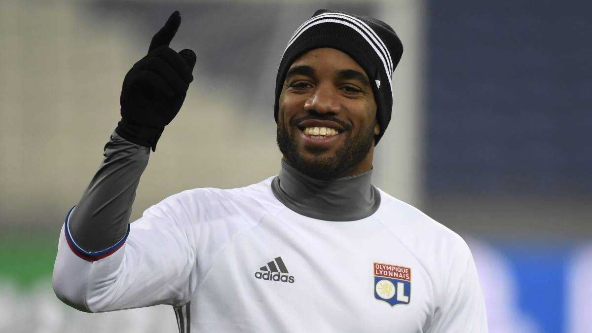Lacazette starts on the bench for Lyon in Amsterdam