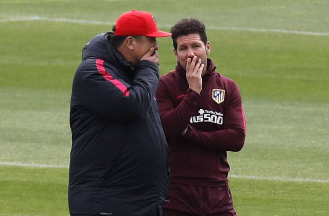 Mono Burgos chatting to Diego Simeone in training this weekend.