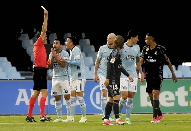 Celta Vigo's Iago Aspas received a second yellow card from referee Martínez Munuera, despite seemingly being fouled in the box by Sergio Ramos.