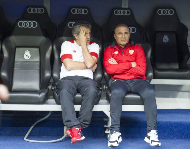Sampaoli in the dugout with his assistant Lillo.