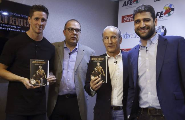 "Atlético Madrid's Fernando Torres, Carlos Ramos, José Antonio Martín Otín Petón and Gonzalo Matallanas (brother of Carlos Matallanas) at the launch of ""¿Quién dijo rendirse?"""