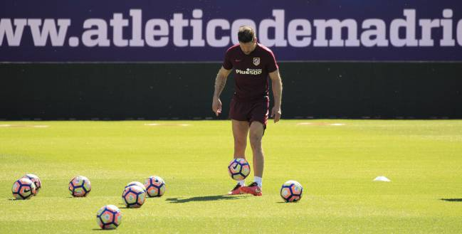 Atlético de Madrid coach Diego Simeone pictured during the this morning's training session - the final one to be held at the Vicente Calderón ahead of tomorrow's game against Athletic Club.