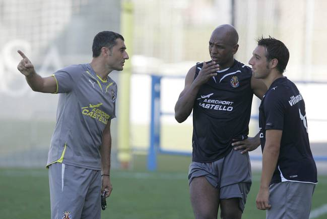 Ernesto Valverde chatting to Marcos Senna and Santo Cazorla during his brief spell at Villarreal.