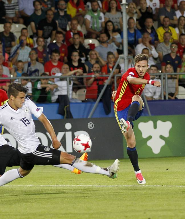 Saúl tries his luck against Germany.