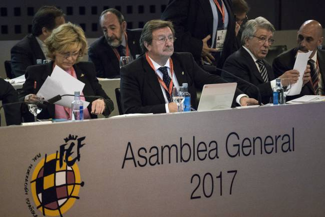 Juan Luis Larrea (c), new president of the Real Federación Española de Fútbol (RFEF); Esther Gascón (L), general secretary of the RFEF, and Enrique Cerezo, Atlético Madrid president (R).