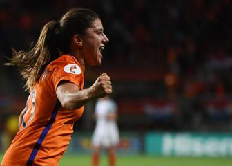 Netherlands book place in the final with 2-0 win over England