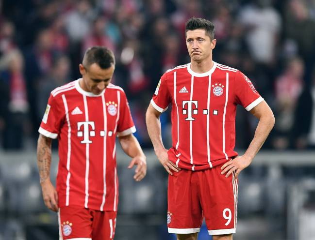 Bayern Munich's Rafinha (L) and Robert Lewandowski (R) not happy after the Bundesliga draw.