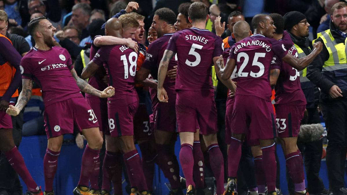 Manchester City's Belgian midfielder Kevin De Bruyne celebrates with teammates after scoring the opening goal of the English Premier League football match between Chelsea