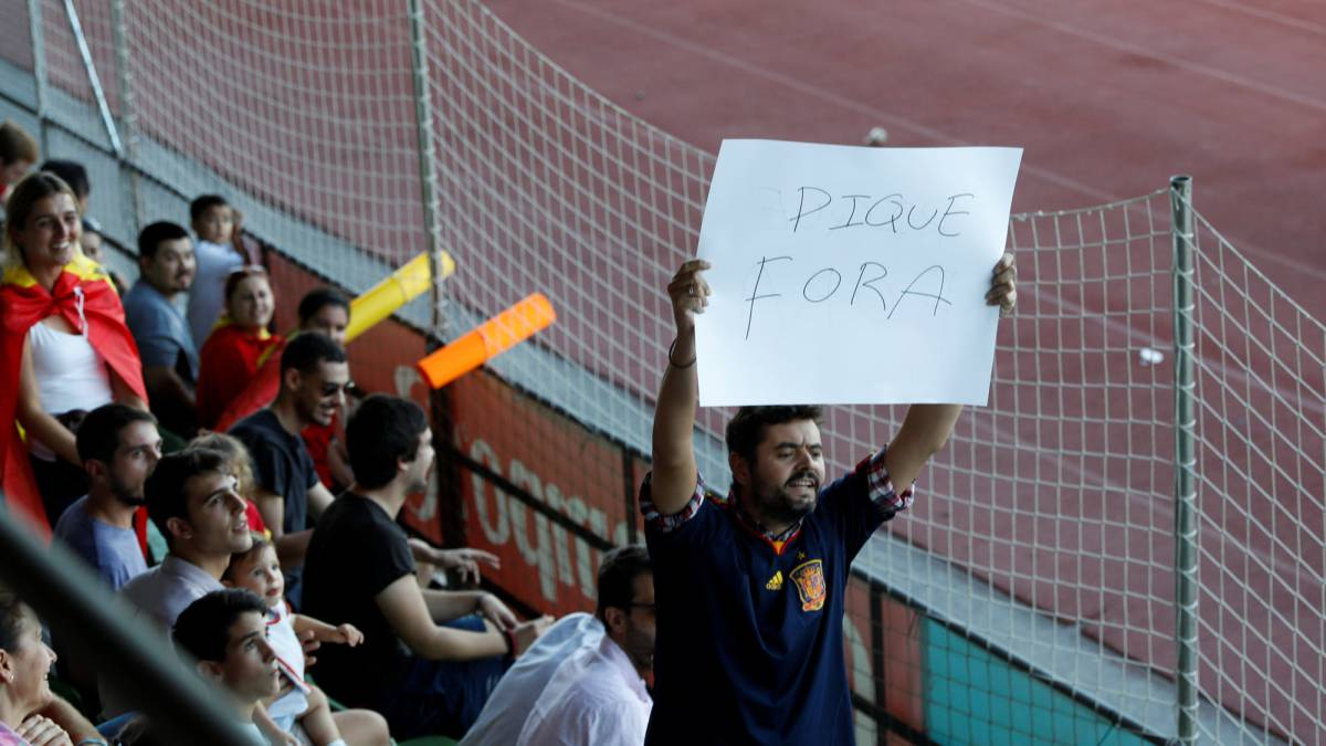 Piqué tormented as Spain training kicks off with banners and chants