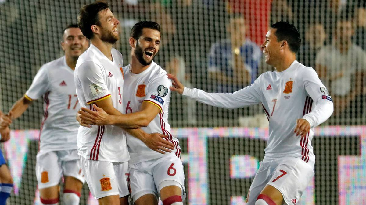 Spain's midfielder Asier Illarramendi celebrates his goal with teammates Aritz Aduriz and Jose Callejon during the Russia 2018 FIFA World Cup European Group G qualifying match against Israel.