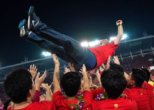 Scenes | Players of Guangzhou Evergrande lift up their head coach Luiz Felipe Scolari.
