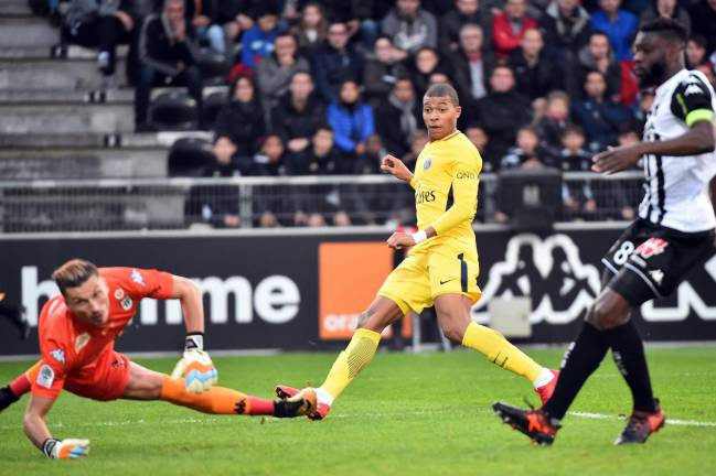 Angers vs PSG | Kylian Mbappé (2), Edinson Cavani (2) and Julian Draxler fired Unai Emery's side further ahead of Monaco at the summit of Ligue 1.