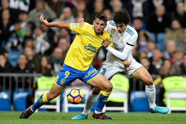 Jesús Vallejo in action against UD Las Palmas at the Bernabéu.