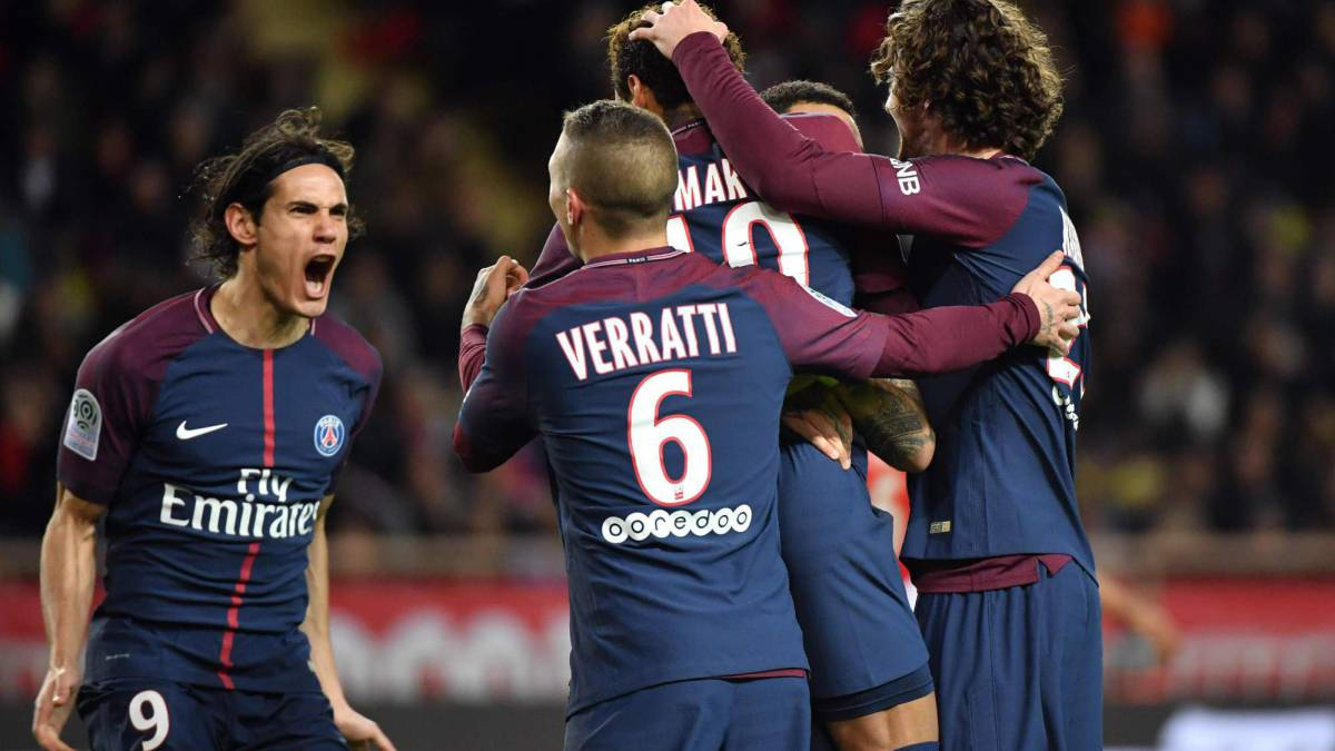 Paris Saint-Germain's Brazilian forward Neymar (R) celebrates teammates after scoring a penalty kick during the French L1 football match between Monaco and Paris Saint-Germain (PSG) at the Louis II stadium