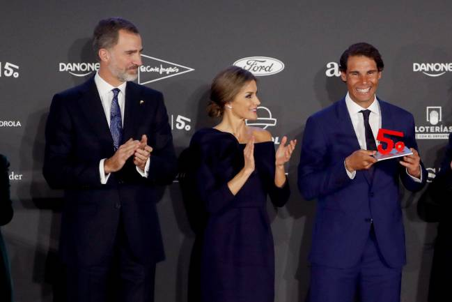Rafa Nadal receives his prize from the king and queen of Spain.