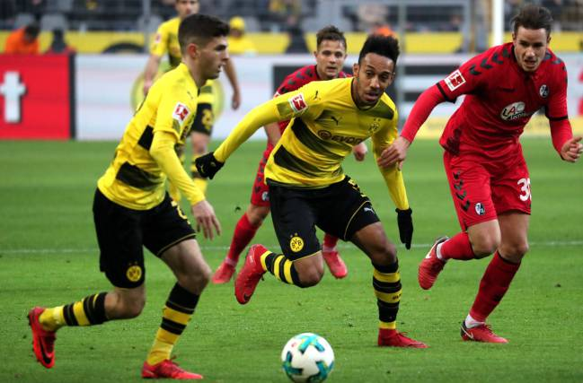 Dortmund's Christian Pulisic and Dortmund's Pierre-Emerick Aubameyang in action against Freiburg's Christian Guenter.